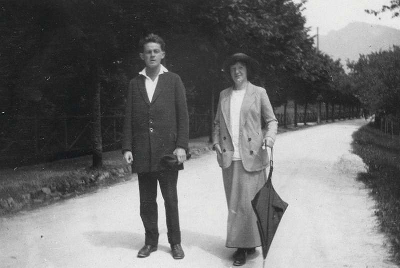 Schiele and Neuzil in Krumau, Czech Republic, 1913. Image via Leopold Museum.