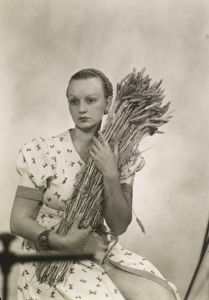 Photograph of Ithell Colquhoun by Man Ray in 1932.