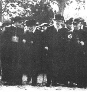 Gaudí (center left) and Eusebi Güell (center right) visiting the Colònia Güell in Santa Coloma de Cervelló (1910)