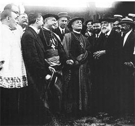 Gaudí (with white beard) showing the Papal nuncio Cardinal Francesco Ragonesi the progress of construction on the Sagrada Família, Barcelona, 1915