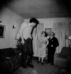 A Jewish Giant at home with his parents, in the Bronx, N.Y. (1970)